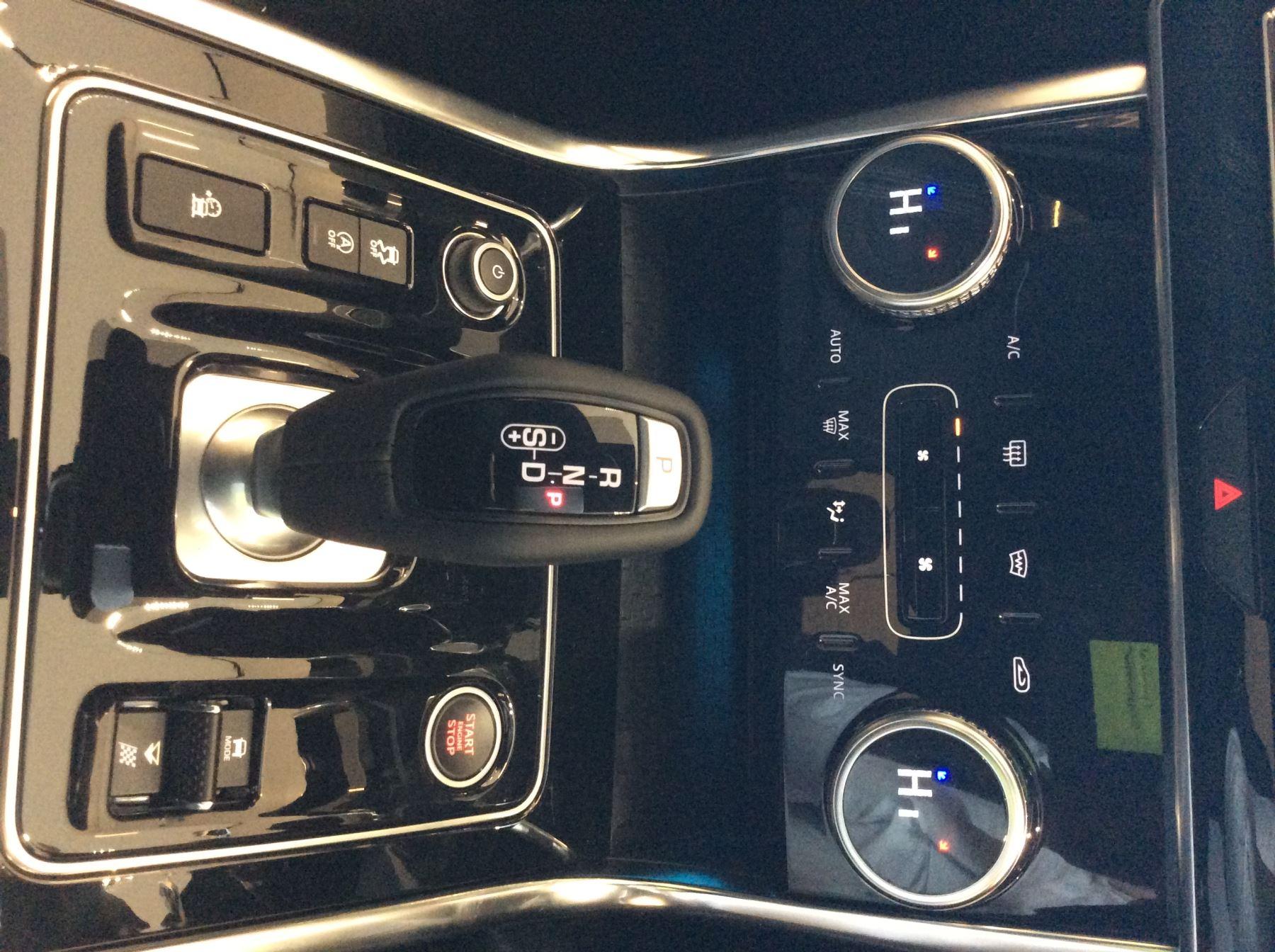 Jaguar XE 2.0 D200 R-Dynamic Black image 11